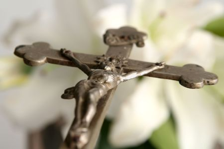 rood: Old cross on white easter lilies background