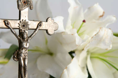christian crosses: Old cross on white easter lilies background