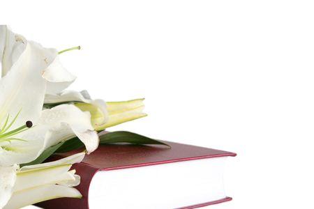 holiday prayer book: Biblia y lirios de pascua en un fondo blanco