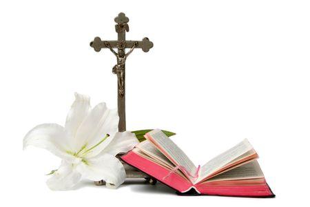 holiday prayer book: Inaugurado prayerbook y viejos cruz sobre un fondo blanco  Foto de archivo
