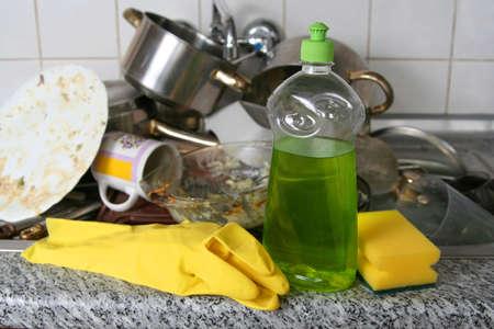 lavare piatti: Pila di piatti sporchi in metallo lavello  Archivio Fotografico