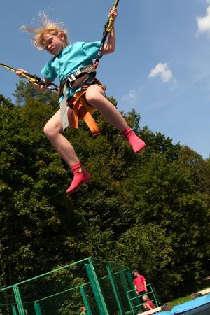 puenting: Peque�a ni�a rubia en una mini bungee  Foto de archivo