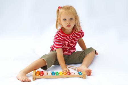 xilofono: Ni�a llevaba rayas rojas camiseta de juego el arco iris xil�fono