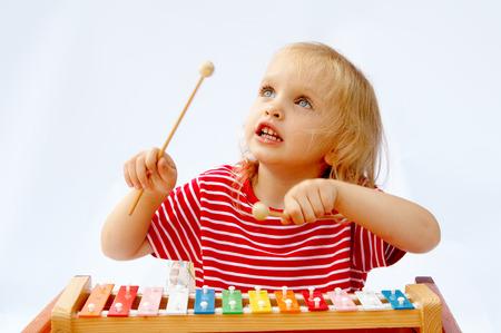 xylophone: Ni�a llevaba rayas rojas camiseta de juego el arco iris xil�fono
