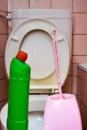 latrina: Dirty old WC con piastrelle in ceramica rosa