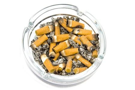carcinogen: Cigarrillos en ashtrey sobre un fondo blanco