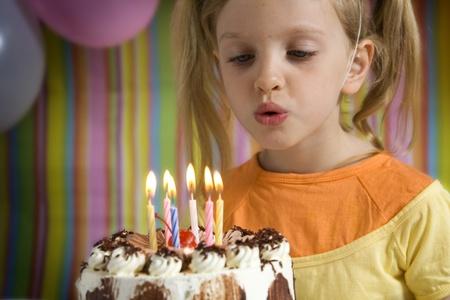 tortas cumpleaÑos: Niños felices con pastel de cumpleaños en un fondo rayado Foto de archivo