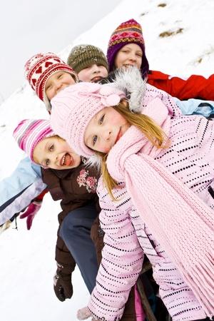 ni�os riendose: Ni�os jugando en la nieve