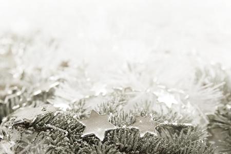 agleam: Silver estrellas brillantes sobre un fondo blanco brillante