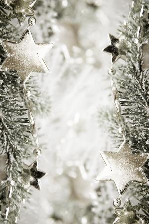 glistening: Silver estrellas brillantes sobre un fondo blanco brillante