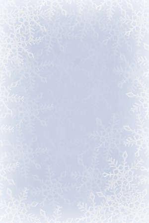 snowy background: Copos de nieve azules y blancas en un fondo azul y blanco Foto de archivo