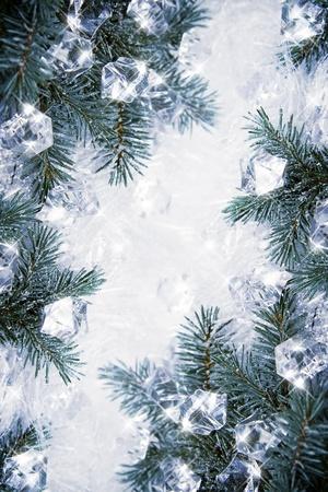 agleam: Winter backround con ramas de abeto y cubos de hielo