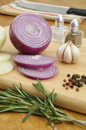 まな板: まな板でスペイン語タマネギとニンニクに焦点を当てる - キッチン調味料原料