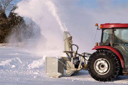 arando: Quitanieves Tractor después de una tormenta de nieve Foto de archivo