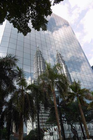 petronas: Reflexi�n de las torres de Petronas, Kuala lumpur, Malasia