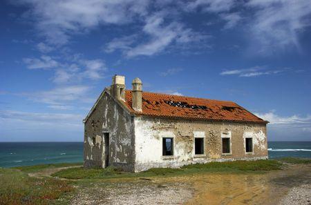 cenefas: Hermosa escena de una vieja casa abandonada cerca de la costa