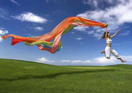 shawl: Jonge mooie vrouw springen met een sjaal