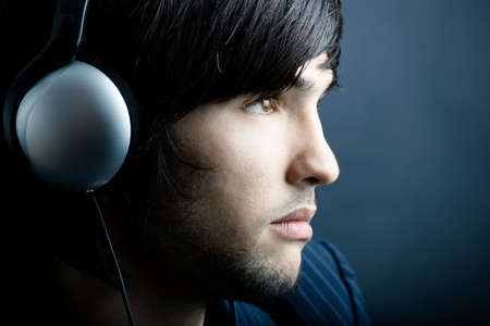 oir: Hombre joven escuchando m�sica con auriculares
