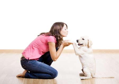 puppy love: Hermosa joven, jugando con un perro lindo agradable