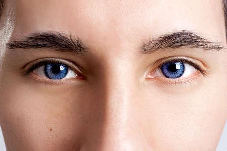 eyes: Close-up portret van een jonge man met blauwe ogen - OBS: model gebruik lens contact