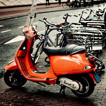 vespa piaggio: Bella immagine di una vespa arancione in Amsterdam