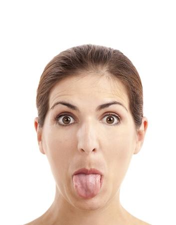 lengua afuera: Close-up retrato de una mujer divertida tirando de la lengua, aisladas sobre fondo blanco