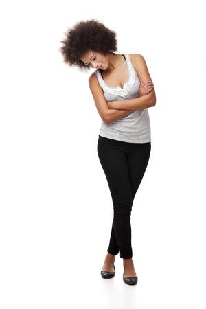 mujer cuerpo entero: Hermosa mujer de raza negra sobre fondo blanco y mirando hacia abajo