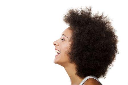 riÃ â  on: Retrato de una mujer afroamericana riendo, aislados en fondo blanco Foto de archivo