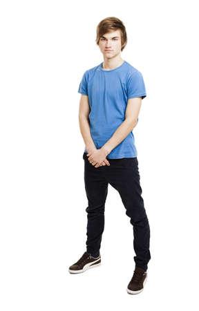 ni�o parado: Retrato de un hombre joven y guapo de pie sobre un fondo blanco