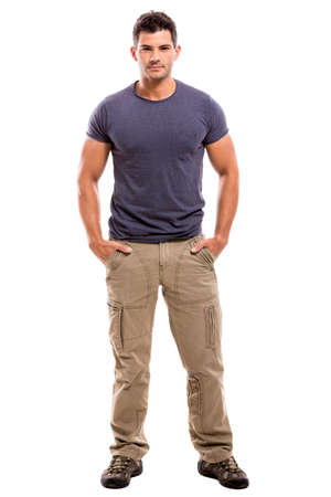 cuerpo completo: Retrato de un hombre latino guapo, aislado sobre un fondo blanco
