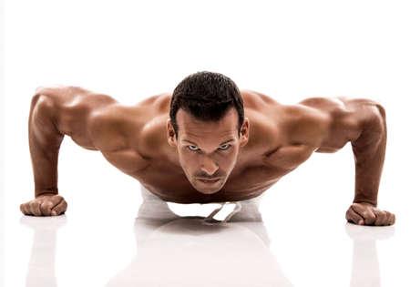 gimnasio: Hombre del m�sculo dmaking push ups en el estudio, aislados en un fondo blanco
