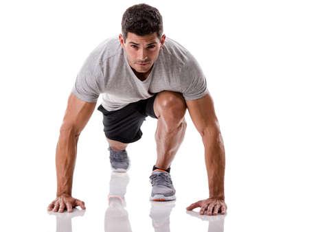 fitness hombres: Un hombre atl�tico listo para la puesta en marcha, aislado sobre un fondo blanco Foto de archivo