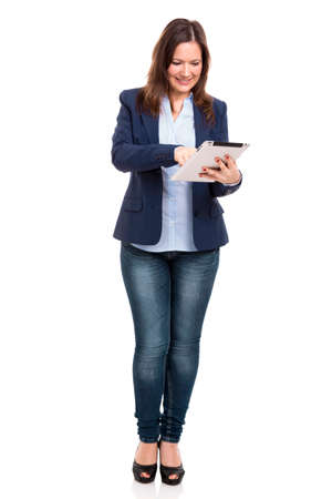mujeres felices: Mujer de negocios la celebraci�n y el trabajo con una tableta, aislado sobre un fondo blanco