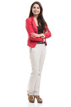 Donna d'affari moderno sorridente e in piedi su uno sfondo bianco