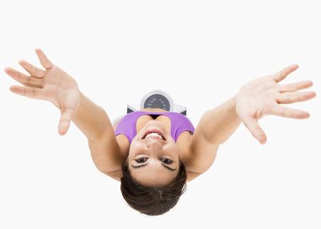Vista dall'alto di una bella donna atletica con le braccia in su, isolato su bianco