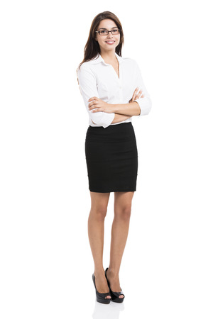 cuerpo entero: Hermosa mujer de negocios hispana sonriendo con las manos juntas, sobre un fondo blanco