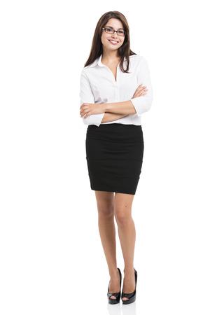 Bella donna d'affari ispanica sorridente con le mani giunte, su uno sfondo bianco