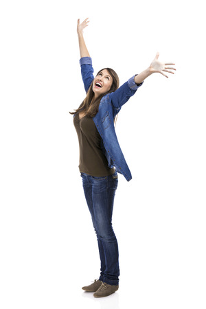 expresion corporal: Mujer hermosa y mujer verry feliz con los brazos en el aire, aislado más de fondo blanco