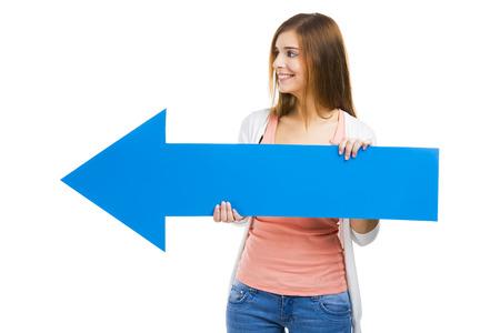 flechas direccion: Hermosa mujer con una flecha azul apuntando hacia su lado izquierdo
