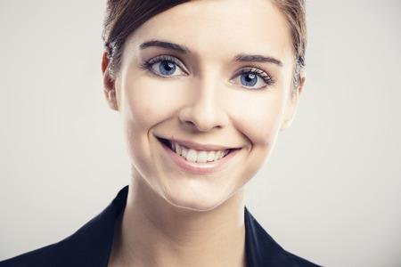 rubia ojos azules: Retrato de una hermosa mujer rubia con ojos azules sonriendo