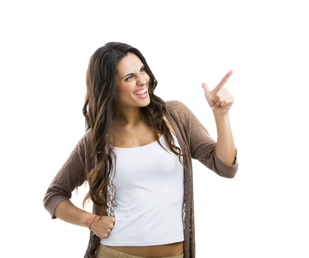 femme qui rit: Belle femme brune riant et en pointant vers la gauche, isol� sur fond blanc Banque d'images