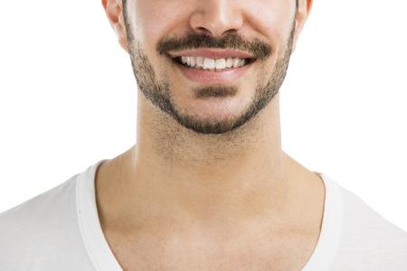 bigote: Retrato de un hombre latino guapo, sonriente, aislado sobre fondo blanco