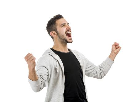 Hombre latino joven y exitoso con los brazos arriba
