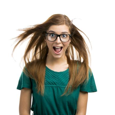 Ritratto di una bella ragazza con una felice espressione isolato su sfondo bianco
