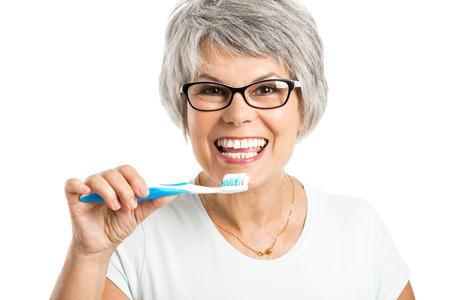 Portrait eines glücklichen alte Frau putzt sich die Zähne