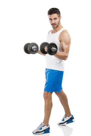 levantando pesas: Retrato de un hombre musculoso, levantamiento de pesas, aislado sobre un fondo blanco Foto de archivo