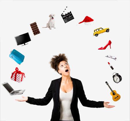 objeto: Una mujer afroamericana hermosa haciendo malabarismos con varios objetos por el aire