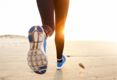 gens courir: Belle et saine femme courir sur la plage Banque d'images