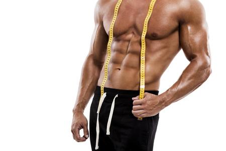 metro medir: Hombre del músculo que presenta con la cinta de medición, aislada sobre un fondo blanco