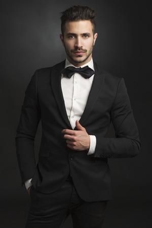 Портрет красивой латинской человек улыбается носить смокинг